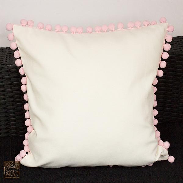 Poszewka 45 x 45 cm z bawełny ecru na zamek z różowymi bąbelkami.