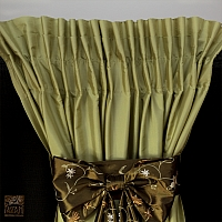 Zasłony z tafty szer 130-50 cm/wys 235 cm jasno zielona z dużą haftowaną kokardą i  w kolorze ciemnej oliwki